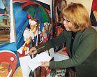 Künstlerin Marina Eimer beim Malen eines Aquarell auf Leinwand